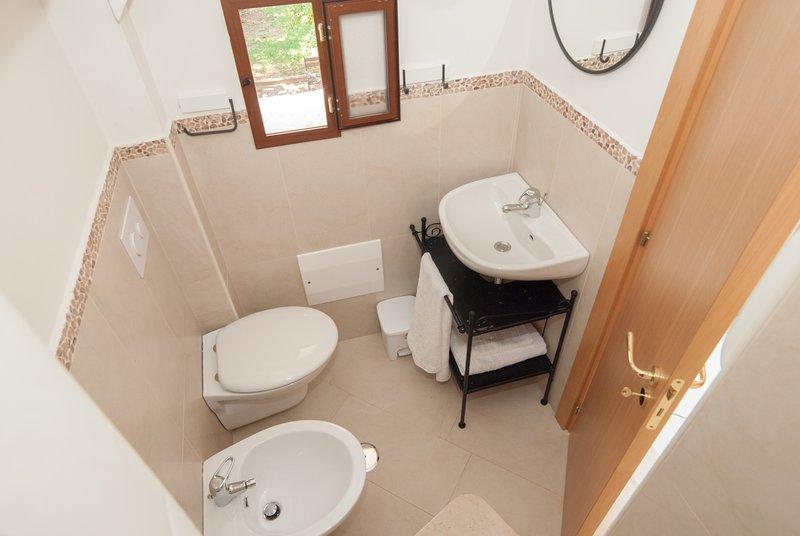 baño completo con ducha y secador de pelo, detergentes y toallas schampo + set