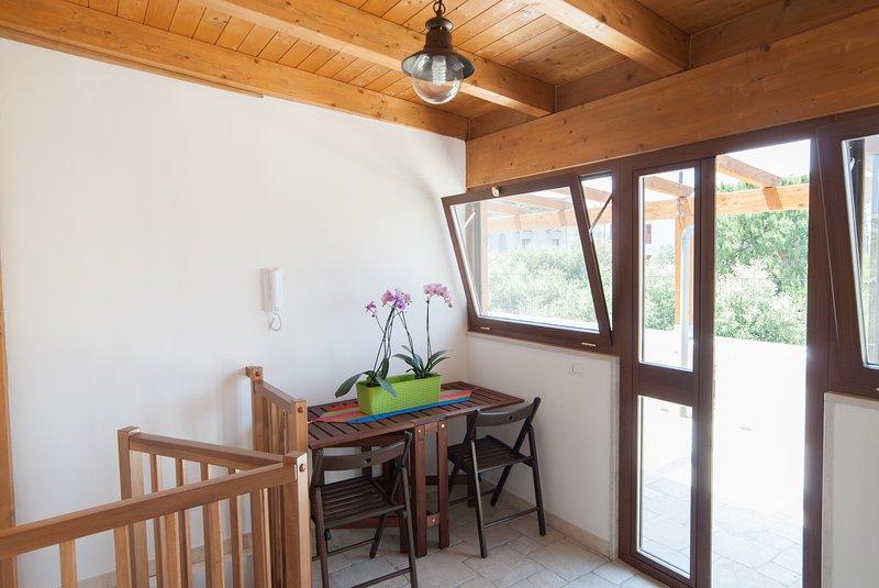 segunda planta ático mesa nevera y sillas de terraza privada sombreadas
