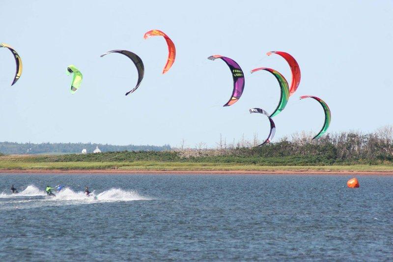 Kiteboarding en casi cualquier parte del pei, pero uno de los favoritos es el punto cometa en Malpeque; lecciones availab