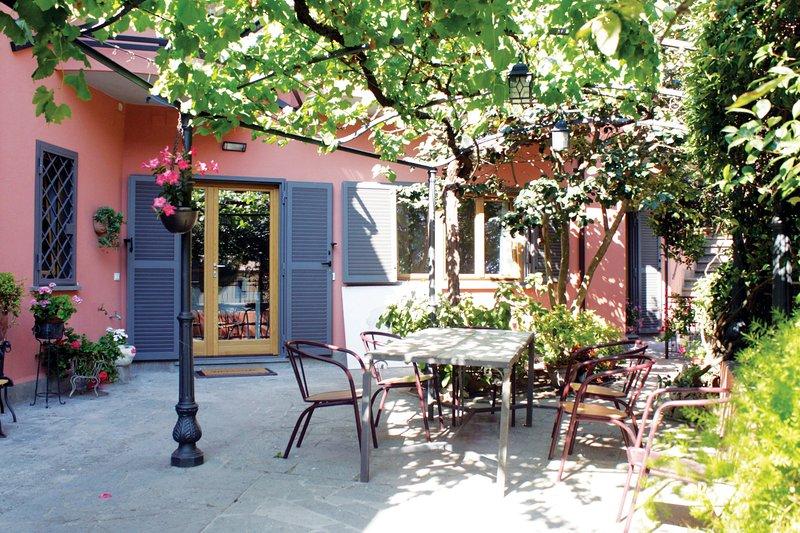 'A casa di Rina' ampia suite in villa con giardino, holiday rental in Grottaferrata