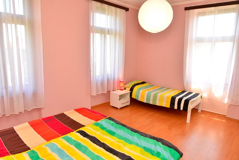 Quarto grande (20m2) -3 cama com o clima e SatTV