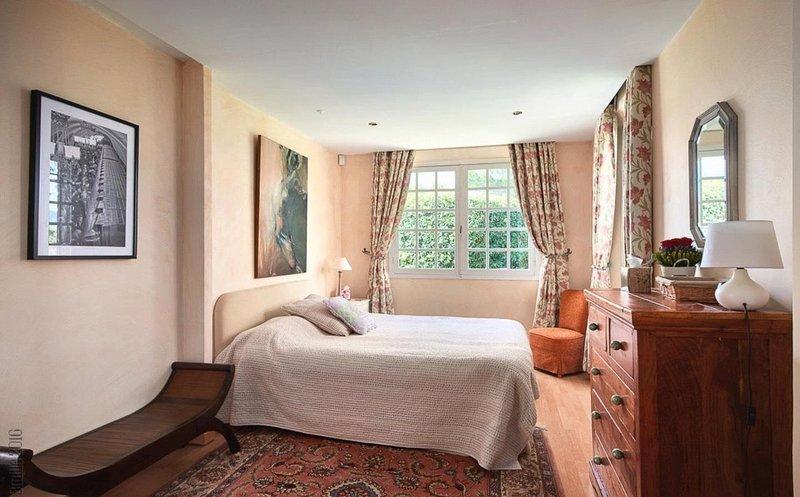 Bedroom 2 (king size)