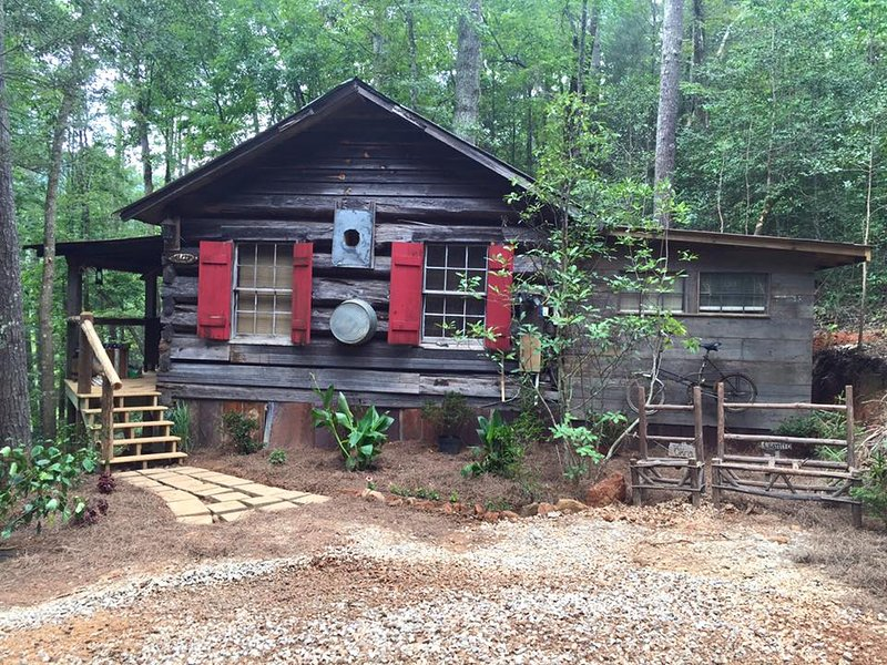Authentic 1872 Log Cabin- Tallulah River, holiday rental in Wiley