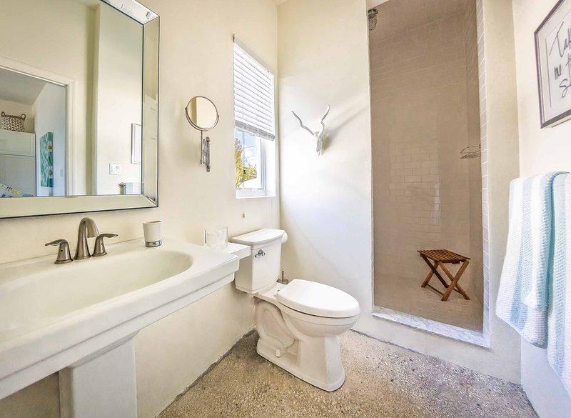 Kwaliteit armaturen - regendouche. Geweldige waterdruk. Vergrotende spiegel. Kwaliteit handdoeken.