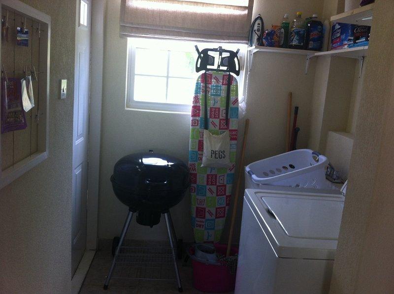 Lavadora, plancha y tabla de planchar. Barbacoa de tamaño completo