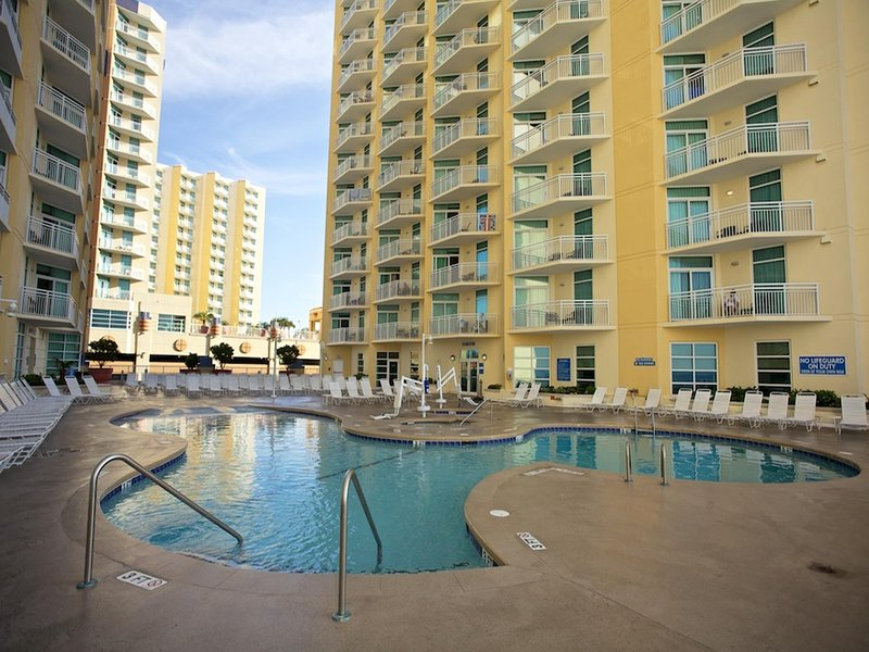 Beachfront 2 bedroom close to golf with DIRECT beach access, 3 pools and hot tub, holiday rental in North Myrtle Beach