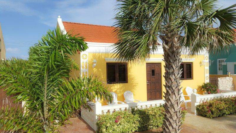 Yellow Cunucu Villa with Pool, casa vacanza a Oranjestad