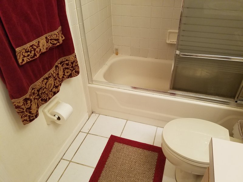 Full Hallway Bathroom with shower tub, sink and toilet