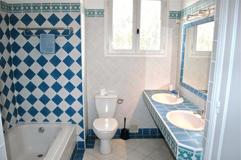 Nice large bathroom Baignore + shower + WC + 2 washbasins