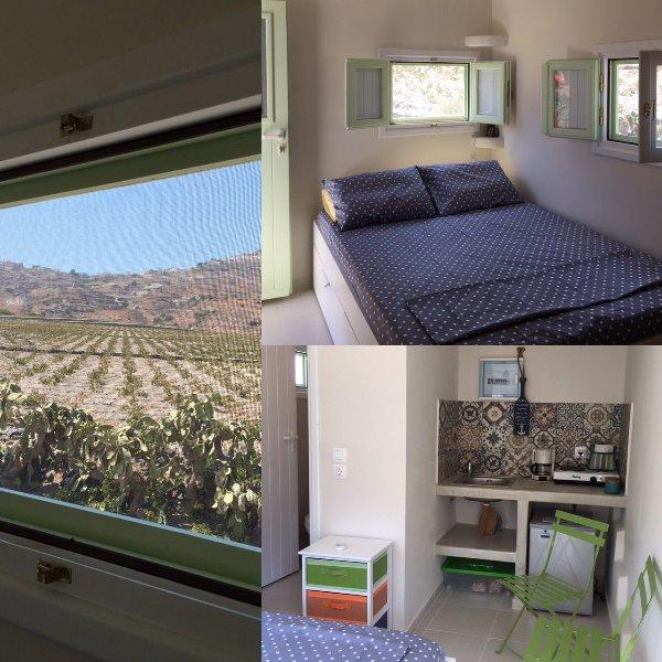A comfortable new studio with a view ideal for 2, aluguéis de temporada em Kamari