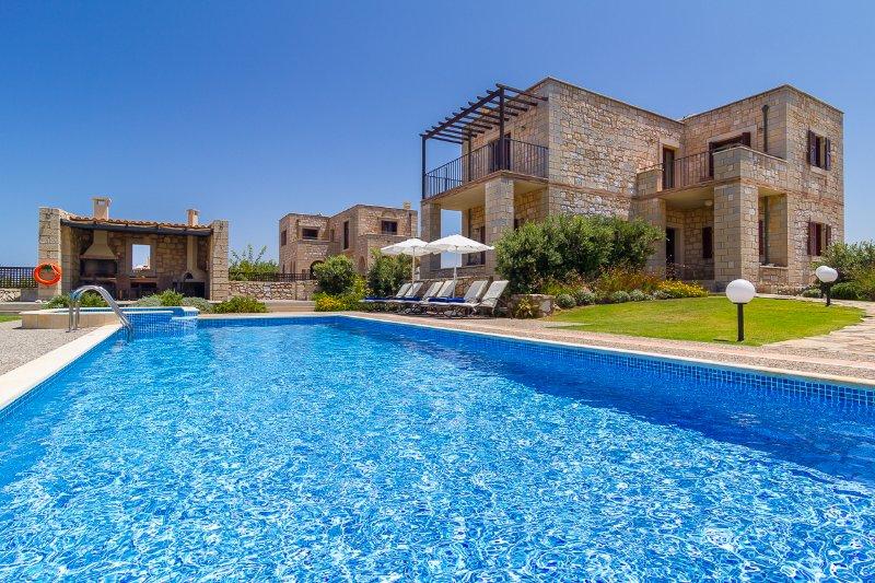 Emerald Stone Built Private villa w/private pool★30 m to Beach★BBQ& Hydromassage, alquiler de vacaciones en Rapaniana