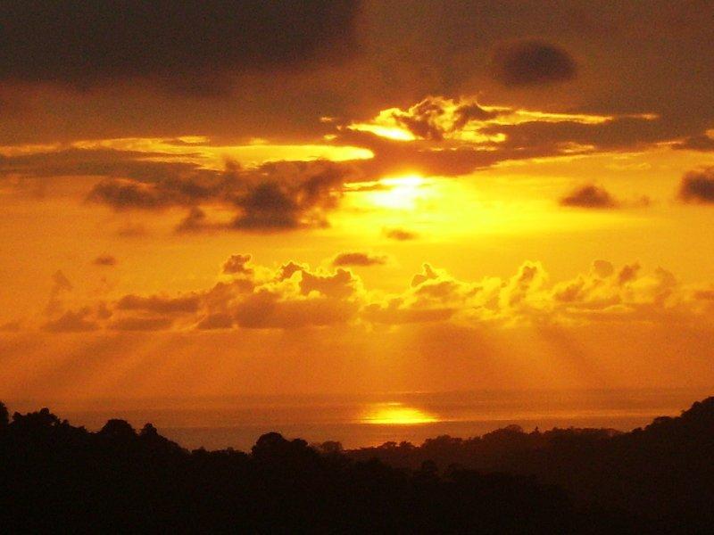 Vista del océano puesta de sol desde la sala de estar, comedor, patio trasero, y la piscina