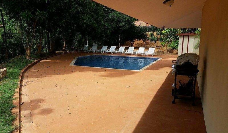 Piscina gran patio con barbacoa, sillas de playa, y ducha al aire libre