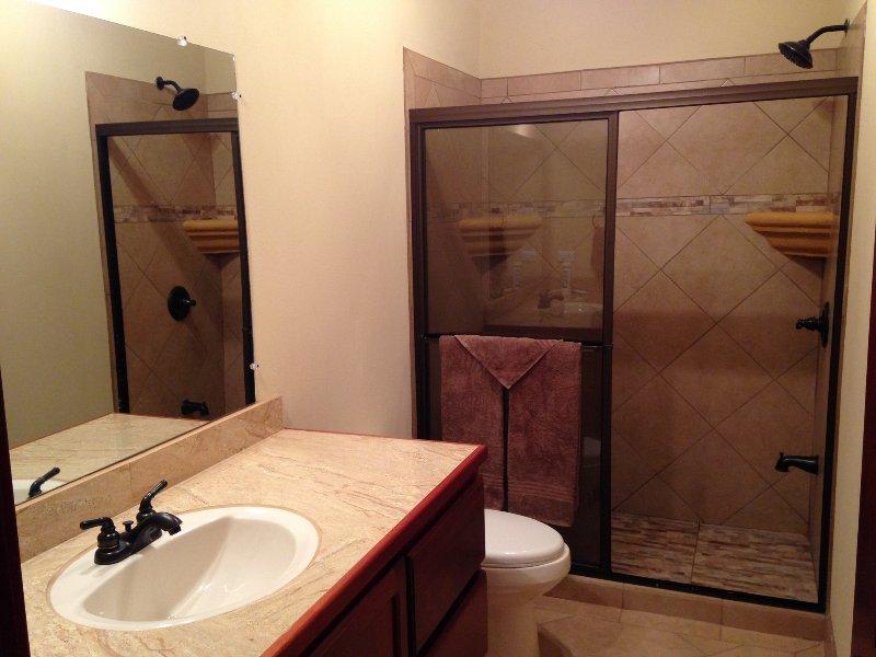 cuarto de baño completo, ducha grande, ilimitada en la demanda de agua caliente