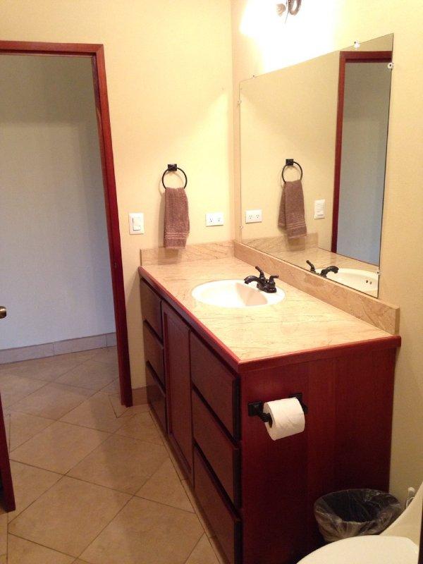 Baño de tocador con armarios y cajones