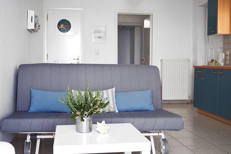 Liiving Raum mit Sofa Doppelbett-Holiday Beach Apartment in Kiveri Dorf in der Nähe von Nafplion