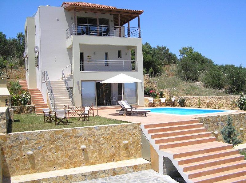 Davanti alla villa con piscina + giardino + barbecue
