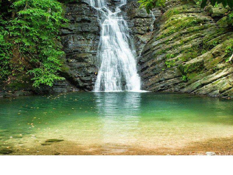 El libre acceso a la zona Poza Azul Cascadas y zona de baño