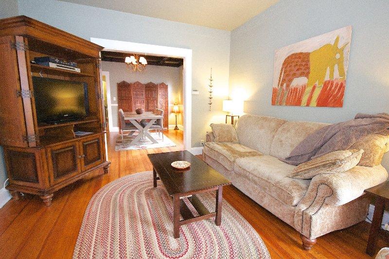 Quiet cozy apartment close to train & restaurants, vacation rental in Boston
