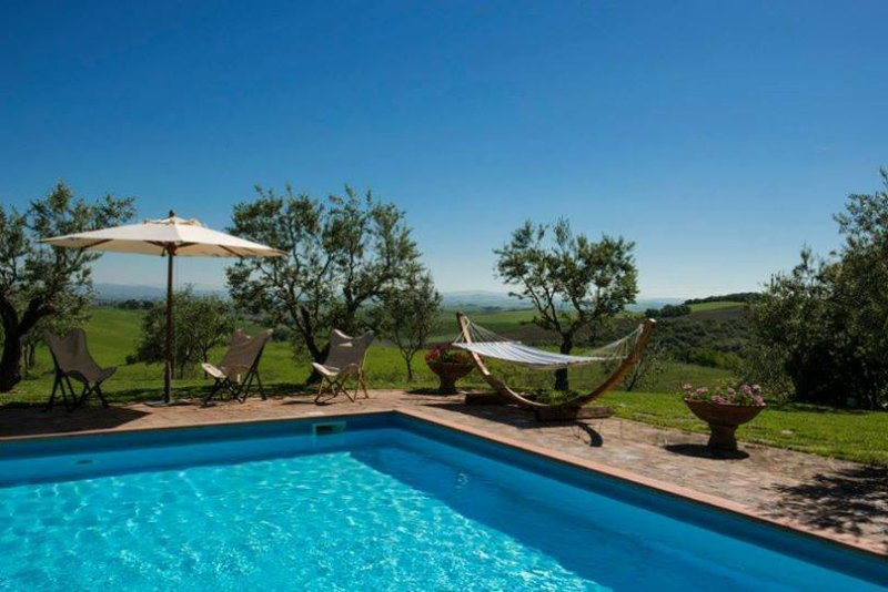 Giunco, private villa at 20 km from Siena. 9 bedrooms, swimming pool, A/C & WiFi, Ferienwohnung in Bagnaia