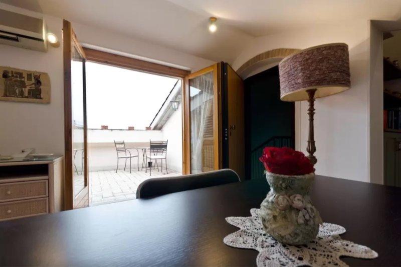 Spaziosa mansarda con terrazzo, location de vacances à Aci Catena