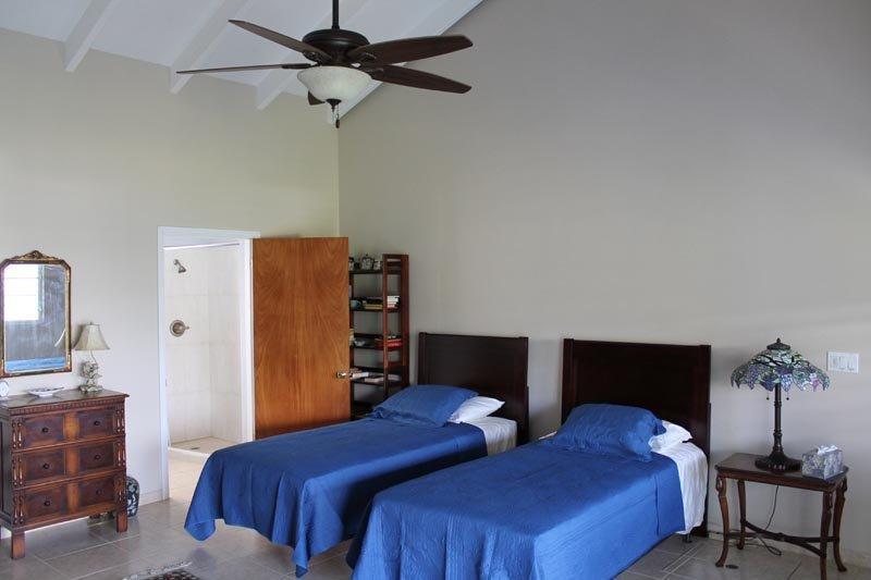 Camera # 2, con due letti singoli extra-lunghi.