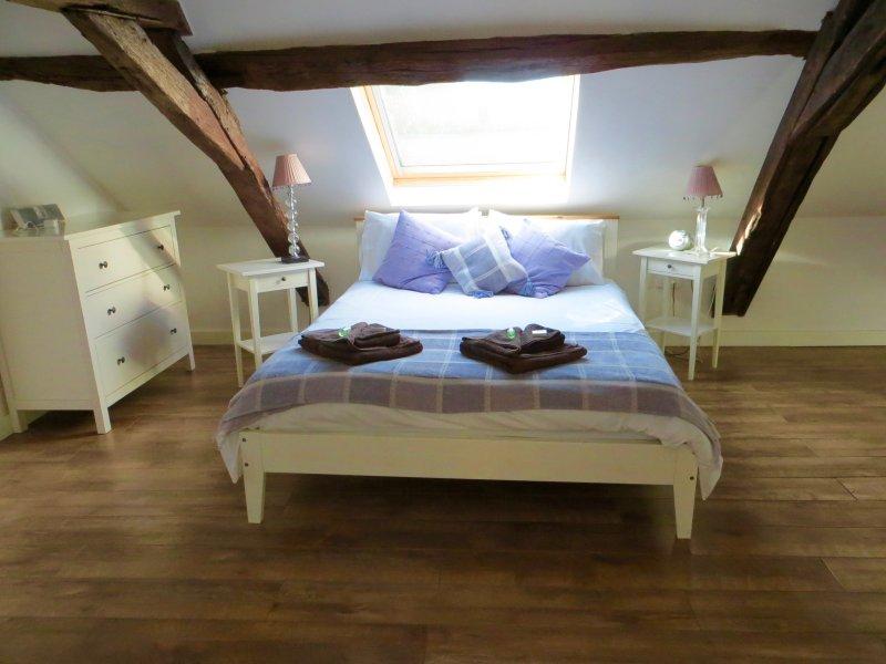 Le lit king size dans la salle de la chambre principale.