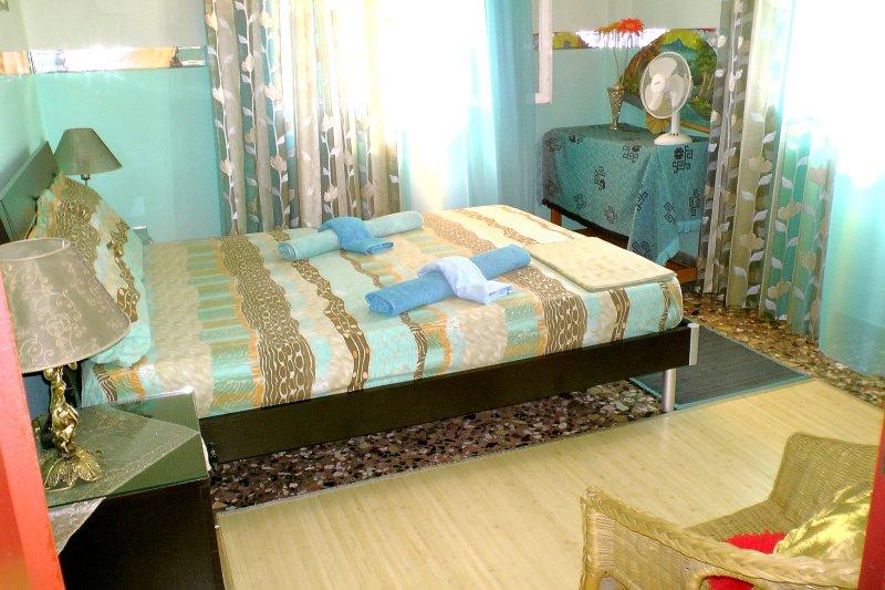 Maestro bedroom_with un letto matrimoniale