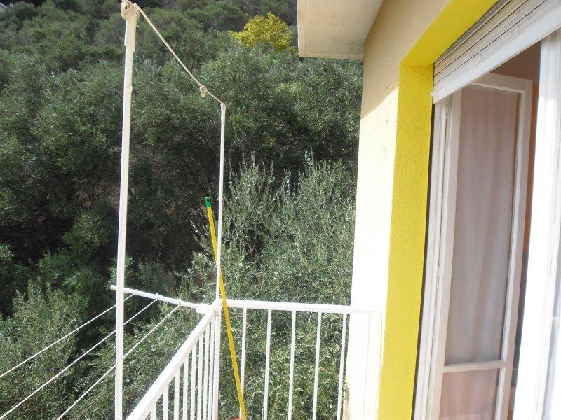Balkon mit Blick auf Hügel mit Olivenbäumen