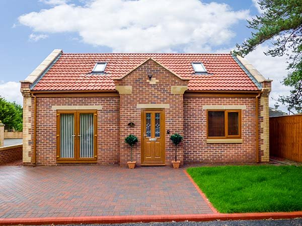 1 THE POTTERIES, detached bungalow, pet-friendly, WiFi, good touring location, holiday rental in Darlington