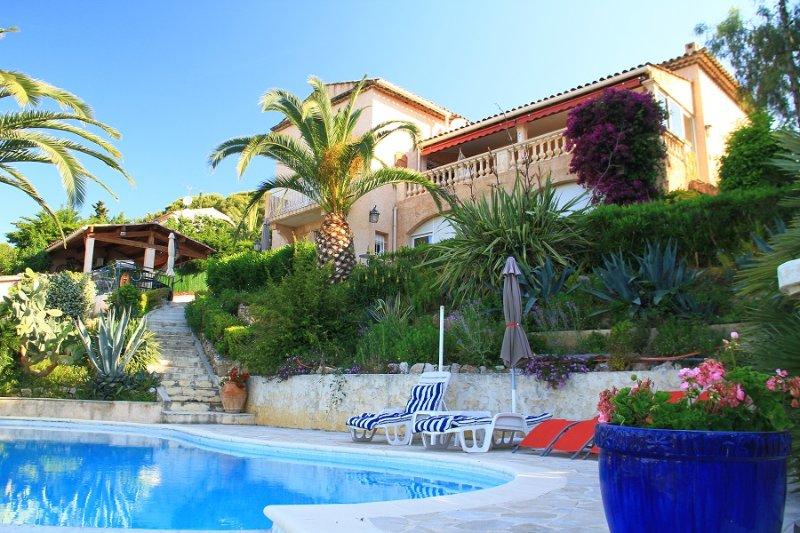 Blick auf die Villa aus dem Pool