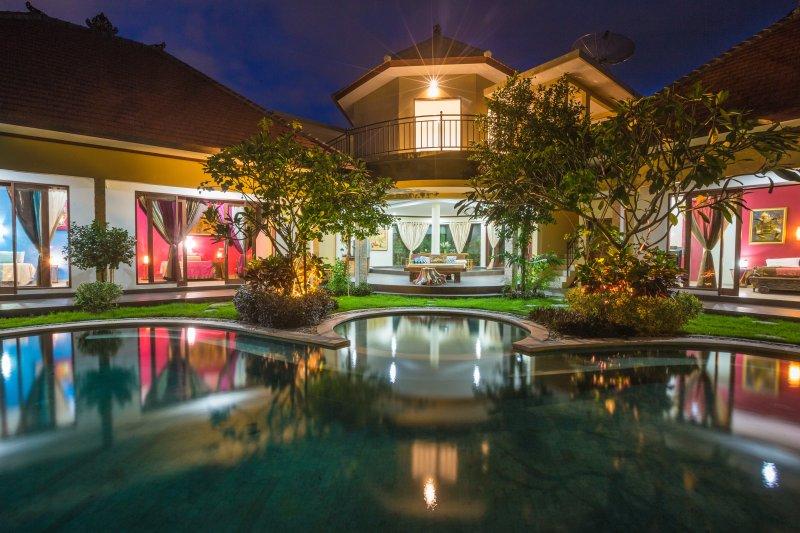 Dora Big & Luxury Villa, 900 m2, 5 min to Seminyak, location de vacances à Kerobokan