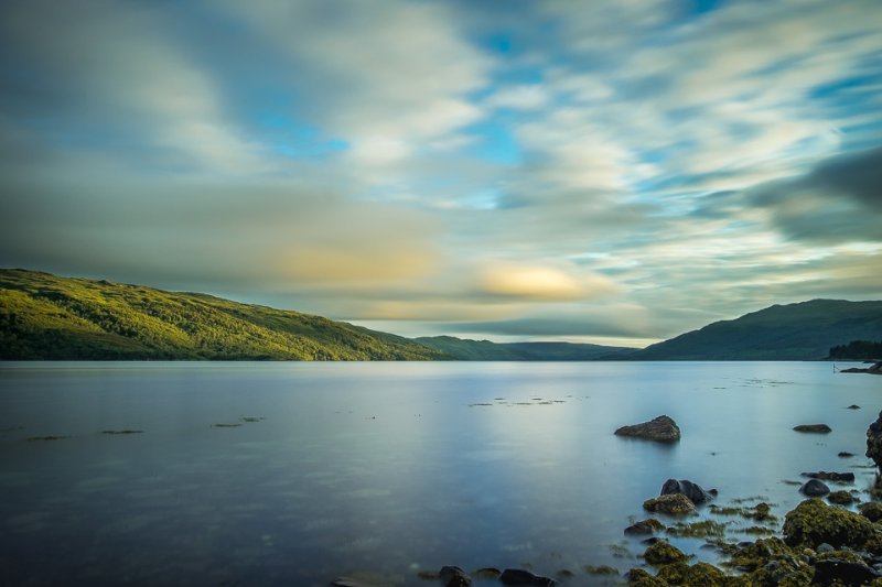 Ruhiges Wasser und goldenen Licht des Abends sorgt für eine ruhige Szene von Loch Sunart