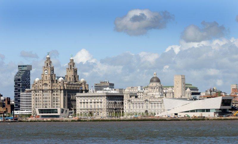 Liverpool frente de agua. Tomar el tren y ferry de Mersey