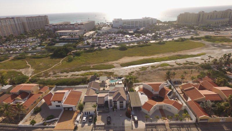 Drone vue de la propriété et de la distance de la plage. Arrêt de bus également juste en face de la maison