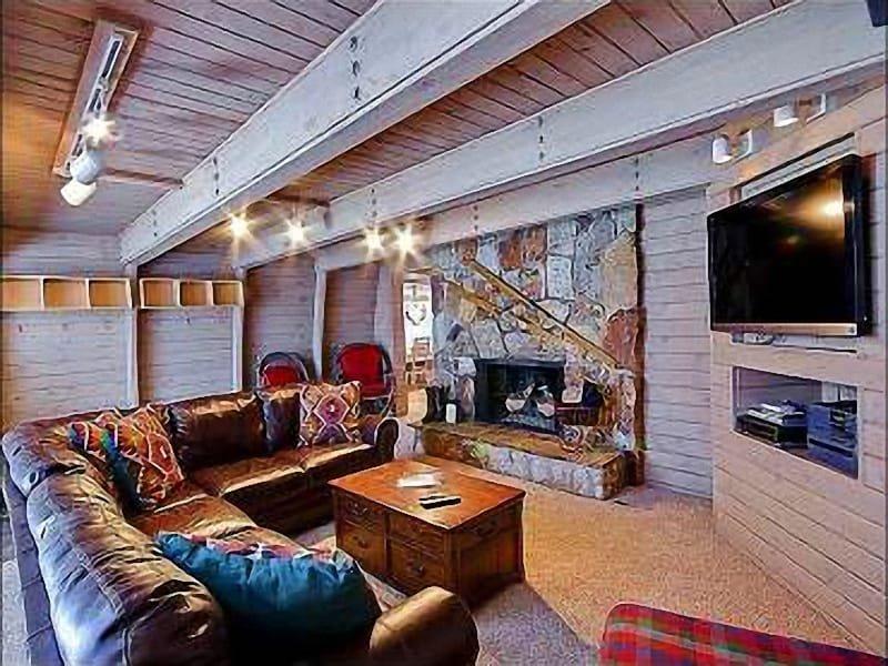 Salon avec foyer au gaz, téléviseur HD 46 pouces, lecteur DVD / magnétoscope et lecteur CD / stéréo