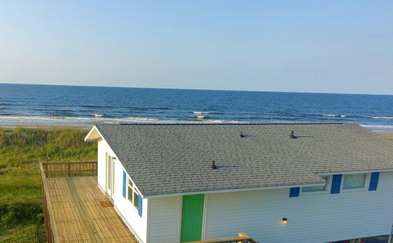 De luchtfoto - er zijn geen huizen tussen het huisje en de oceaan.