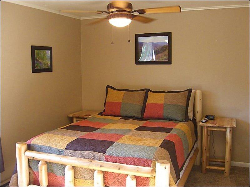 Een queensize bed, een flatscreen-tv en een eigen badkamer met een bubbelbad in de grote slaapkamer