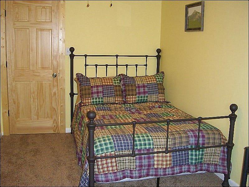 Derde slaapkamer omvat een volledige bed en een deur naar het balkon