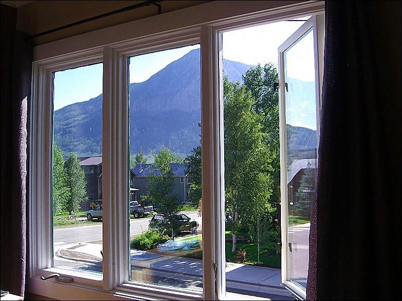 Uitzicht op de bergen van de slaapkamer