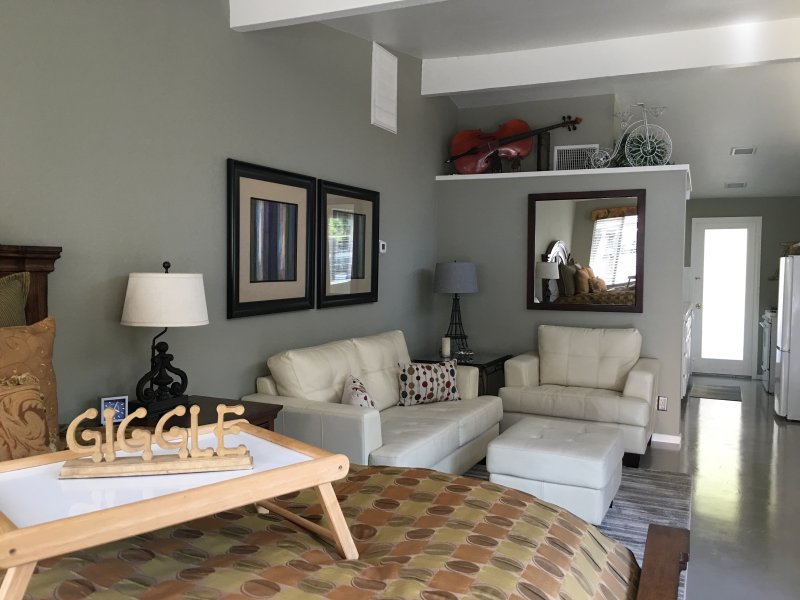Newly Renovated Studio with Huge Private Patio, holiday rental in Palm Springs