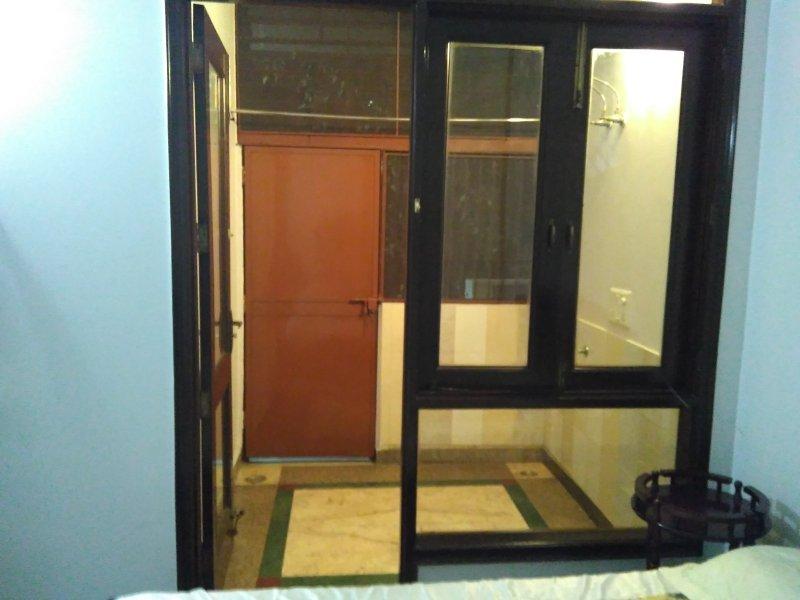 Entrata indipendente per la stanza con la griglia wiremesh e ferro per securty.