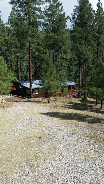 Kijk naar beneden naar de hut uit dierlijke gate binnenkomst
