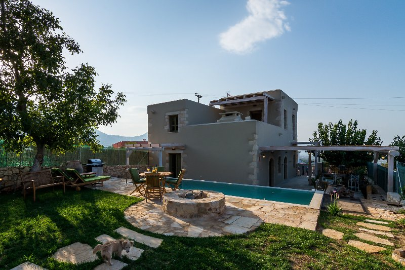 Traditional Stone built Villa Leonanto , Private Pool & 4 km to the Beach, holiday rental in Kastellos