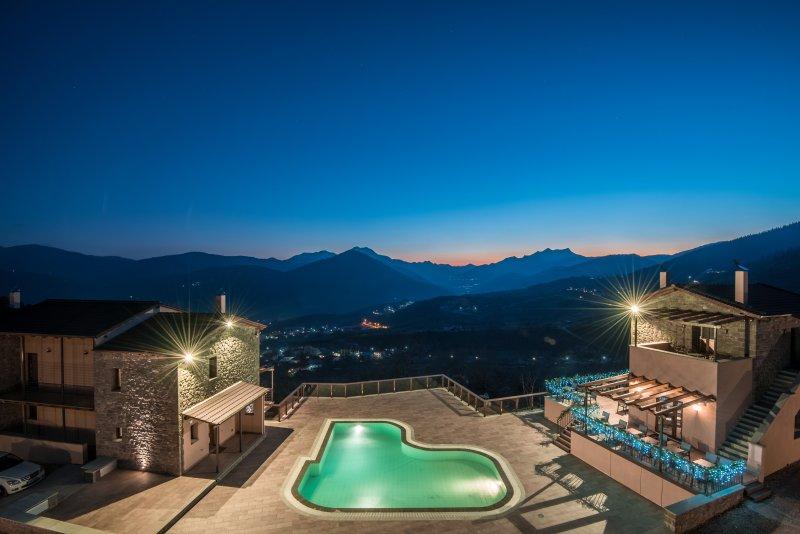 ¡Desde arriba! Puesta de sol, piscina y nuestras instalaciones
