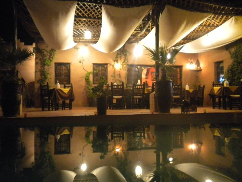 piscine, terrasse et salon de nuit.