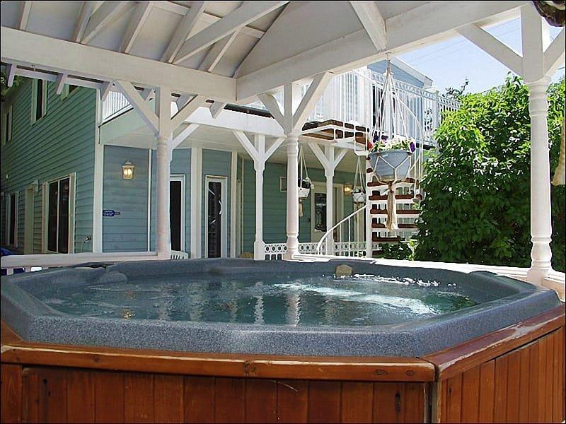 Casa unifamiliar com banheira de hidromassagem ao ar livre coberta do lado de fora