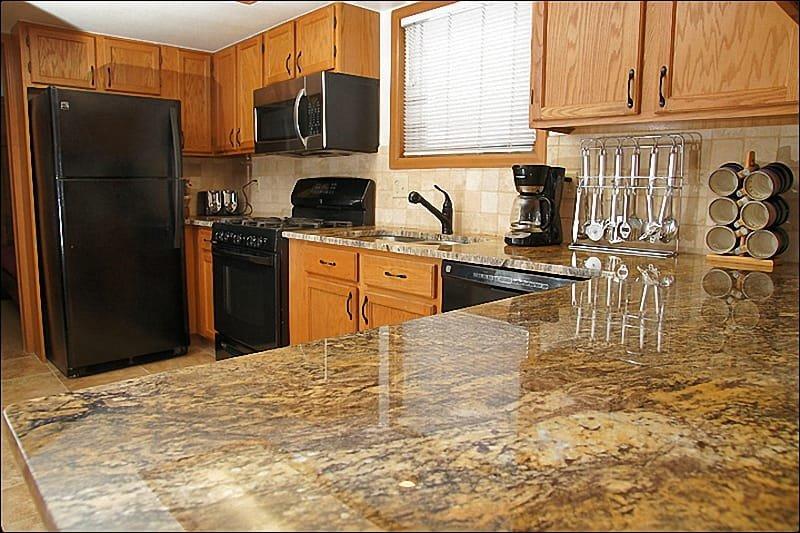 Comptoirs de dalles en granite, cuisinière à gaz, nouveaux appareils dans la cuisine