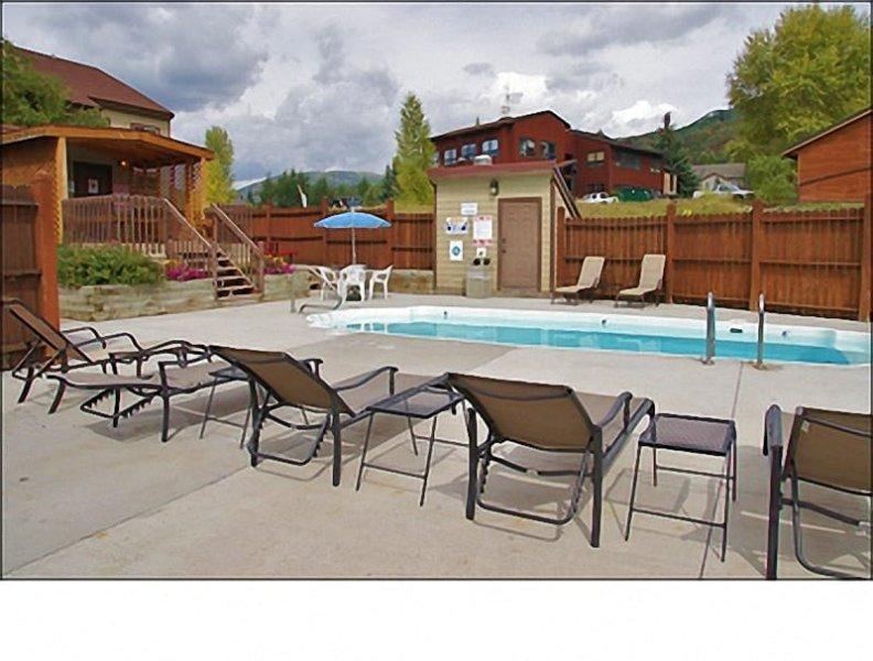 Verwarmd zwembad en bubbelbad met gasgrill, picknicktafel, zonnebaden