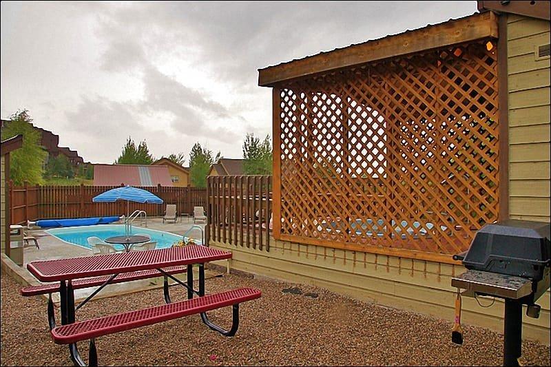 Gas Grill & Picknickruimte bij het zwembad